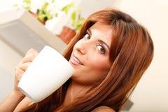 Mujer joven con una taza de café Imágenes de archivo libres de regalías