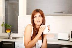Mujer joven con una taza de café Fotografía de archivo libre de regalías