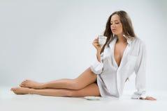 Mujer joven con una taza de café fotos de archivo libres de regalías