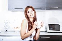 Mujer joven con una taza de café Imagen de archivo