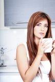 Mujer joven con una taza de café Fotografía de archivo