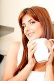Mujer joven con una taza de café Fotos de archivo