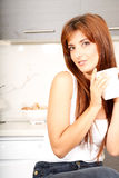 Mujer joven con una taza de café Foto de archivo libre de regalías