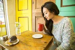 Mujer joven con una taza de café por la mañana Fotografía de archivo libre de regalías