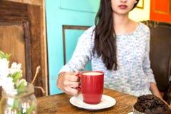 Mujer joven con una taza de café por la mañana Imágenes de archivo libres de regalías