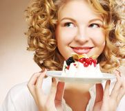 Mujer joven con una torta Foto de archivo