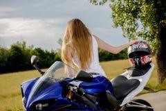 Mujer joven con una velocidad de la motocicleta Imagen de archivo
