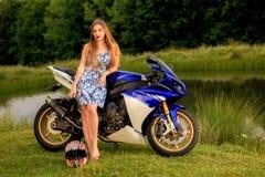 Mujer joven con una velocidad de la motocicleta Fotos de archivo