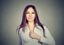 Mujer joven confiada determinada para un cambio imagenes de archivo