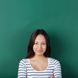 Mujer joven confiada en sala de clase fotografía de archivo