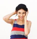 Mujer joven confiada que sonríe con el sombrero Imágenes de archivo libres de regalías