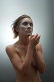 Mujer joven congelada en estudio Fotos de archivo