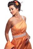 Mujer joven contenta en un vestido del corai Fotos de archivo libres de regalías
