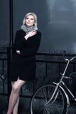 Mujer joven contra un paisaje brumoso imagen de archivo libre de regalías