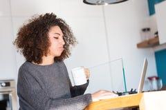 Mujer joven contrariedad que pone mala cara en su ordenador portátil Imagen de archivo