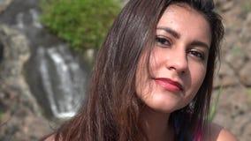 Mujer joven coqueta atractiva almacen de metraje de vídeo