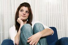 Mujer joven curiosa Imagen de archivo libre de regalías
