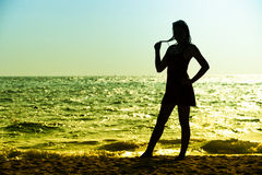 Mujer joven de Asia en el vestido del verano que se coloca en la playa imágenes de archivo libres de regalías
