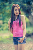 Mujer joven de Asia que lleva el chaleco rosado y vaqueros cortos imagen de archivo libre de regalías