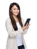 Mujer joven de Asia que manda un SMS con el teléfono móvil Fotografía de archivo