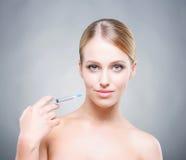 Mujer joven de Attrative que inyecta el tratamiento en piel Imagen de archivo libre de regalías