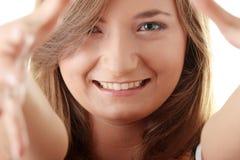 Mujer joven de Beautyful que enmarca su cara Fotos de archivo