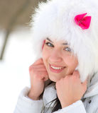 Mujer joven de congelación que se calienta las manos Fotografía de archivo libre de regalías