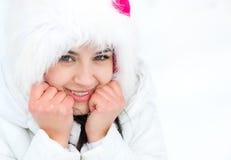 Mujer joven de congelación que se calienta las manos en invierno Fotos de archivo libres de regalías