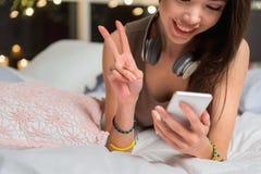 Mujer joven de emisión que mira el móvil Fotografía de archivo libre de regalías