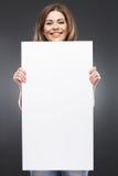 Mujer joven de F con el tablero blanco en blanco Imagen de archivo libre de regalías