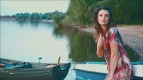 Mujer joven de fascinación almacen de metraje de vídeo
