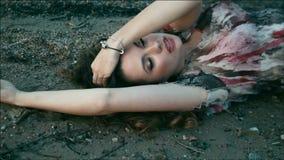 Mujer joven de fascinación almacen de video