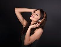 Mujer joven de goce hermosa que escucha la música en la radio h Imagenes de archivo