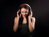 Mujer joven de goce hermosa que escucha la música en la radio h Imágenes de archivo libres de regalías