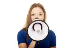 Mujer joven de griterío con el megáfono Fotos de archivo