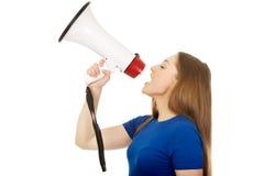 Mujer joven de griterío con el megáfono Foto de archivo
