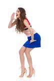 Mujer joven de grito en Mini Dress And High Heels Fotos de archivo