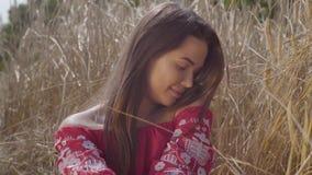 Mujer joven de la alegría que disfruta de la naturaleza y de la luz del sol en campo de trigo en los rayos coloridos increíbles d almacen de video