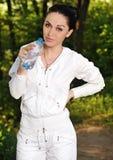 Mujer joven de la aptitud con una botella de agua Fotos de archivo libres de regalías