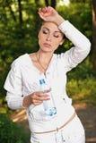 Mujer joven de la aptitud con una botella de agua Imagen de archivo libre de regalías