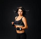 Mujer joven de la aptitud en guantes del gimnasio Imágenes de archivo libres de regalías