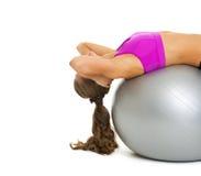 Mujer joven de la aptitud que hace crujido abdominal en bola de la aptitud Imagenes de archivo