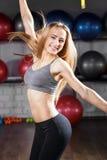Mujer joven de la aptitud que hace ejercicio aerobio de la danza fotografía de archivo