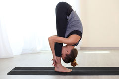 Mujer joven de la aptitud que hace el ejercicio de Pilates en el gimnasio Imagen de archivo libre de regalías