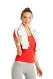 Mujer joven de la aptitud que sostiene la botella de agua Imágenes de archivo libres de regalías