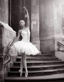 Mujer joven de la bailarina que presenta en las escaleras foto de archivo