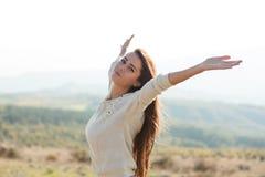Mujer joven de la belleza al aire libre que disfruta de la naturaleza Foto de archivo libre de regalías