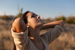 Mujer joven de la belleza al aire libre que disfruta de la naturaleza Fotografía de archivo libre de regalías