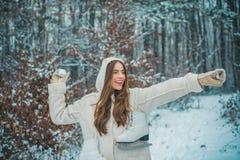 Mujer joven de la belleza alegre que se divierte en parque del invierno fotos de archivo
