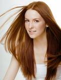 Mujer joven de la belleza con el pelo rojo del vuelo Imágenes de archivo libres de regalías